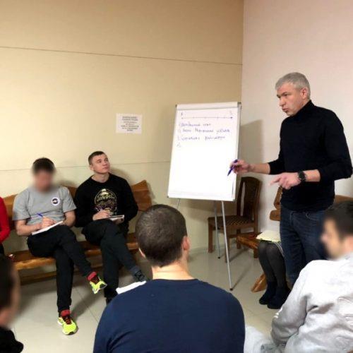 Дмитрий Козлов проводит лекцию.